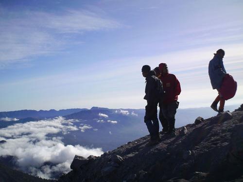 Memandangi Gunung Bromo dari puncak Mahameru
