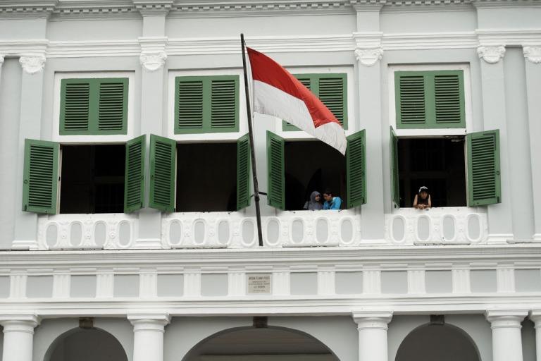 0-0-2-1. Ekspresi pengunjung di jendela lantai 2 Museum Sejarah Jakarta, Kota Tua.